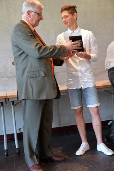 antonin barre recoit le prix de la sportivite 2018 au rectaurat de nantes