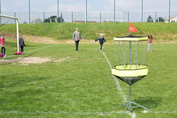 au disc golf il n est pas facile de lancer un disque dans le panier