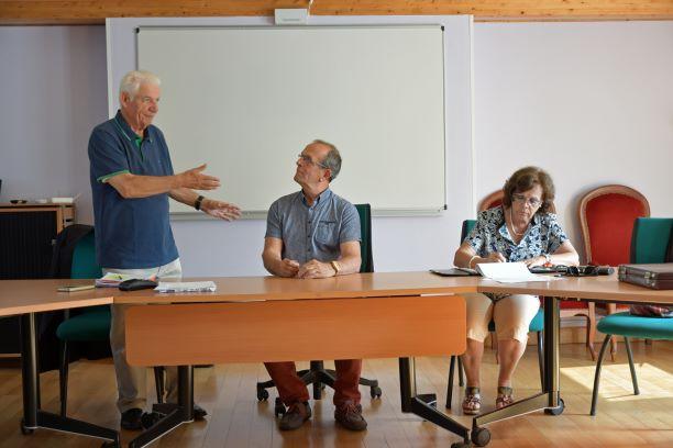 Joel poiraud president du cdvmjsea presente l activite de son comite a monsieur guy marie maudet maire de saint laurent sur sevre