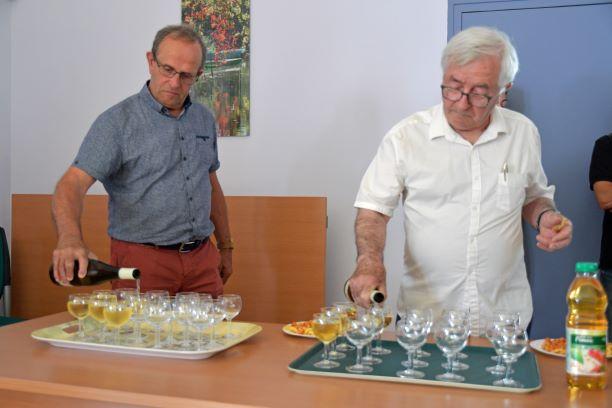 Monsieur le maire sert le verre de l amitie