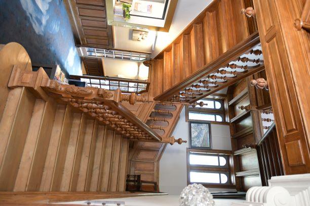 l escalier en rentrant dans le chateau de la barbiniere